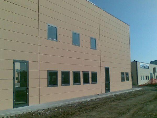 porte finestre in alluminio capannone